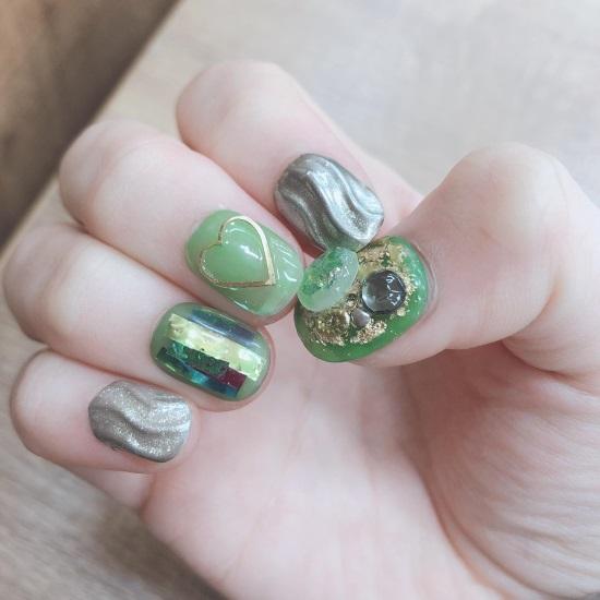 春っぽくグリーンネイル